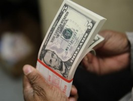 Dólar cai em linha com o exterior