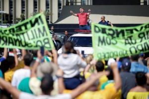 Apoiadores de Bolsonaro carregam faixas contra o STF em novo protesto em Brasília