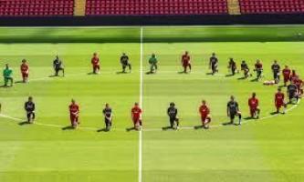 De joelhos no gramado de Anfield, jogadores do Liverpool homenageiam George Floyd