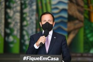 Doria: Bolsonaro passeia a cavalo, enquanto pandemia galopa