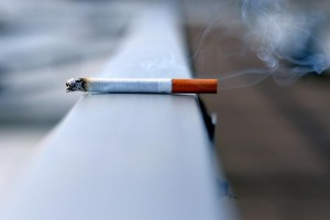 Uso de cigarros pode causar doença que leva à amputação de membros