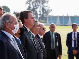 Bolsonaro e ministros participam de cerimônia de hasteamento da Bandeira
