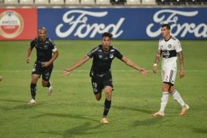 Com defesas de João Paulo, Santos bate Olimpia e está nas oitavas da Libertadores
