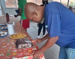 Morador de rua ganha bolo de aniversário de Guardas Municipais em Itatiba