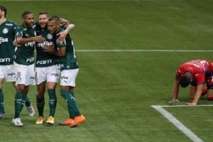 Palmeiras encerra série negativa, goleia e tem melhor campanha da Libertadores