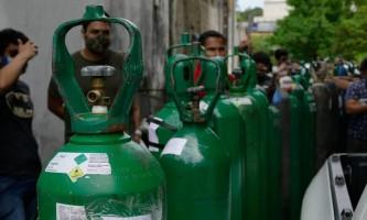 Com filas e revezamento de cilindros, busca por oxigênio em Manaus prossegue