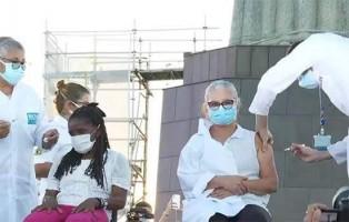 Idosa que mora em abrigo é a segunda pessoa vacinada no Rio