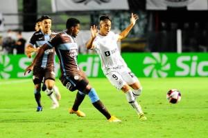 Corinthians bate Santos na Vila Belmiro e garante vaga no mata-mata do Paulistão