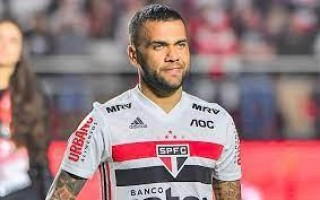 Daniel Alves planeja biografia: 'Um cara que catava b... é o maior vencedor'