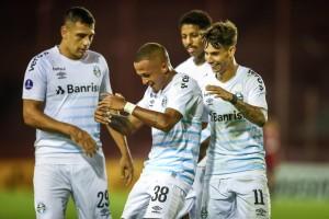 No retorno a La Fortaleza, Grêmio vence Lanús por 2 a 1 e lidera Grupo H