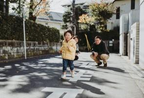 3 Anos e encarando sozinho as ruas de Tóquio. Com a permissão dos pais!