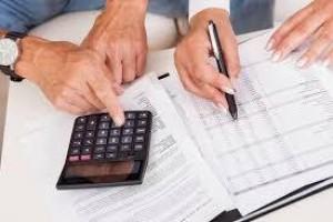 Proporção de famílias endividadas sobe para 67,5% em abril, diz CNC