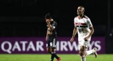 São Paulo derrota Sporting Cristal, por 3 a 0, mas fica em segundo no grupo