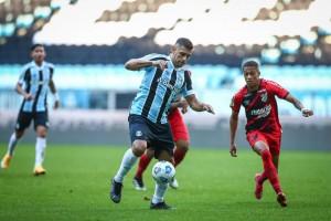Athletico-PR leva a melhor no reencontro com Tiago Nunes e vence o Grêmio