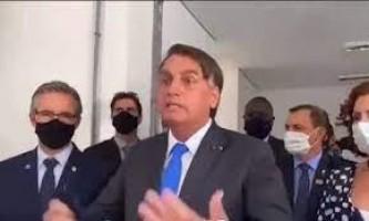 Bolsonaro tira a máscara e manda jornalista calar a boca durante entrevista em SP