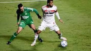 Com dez, São Paulo cede empate à Chapecoense e segue sem vencer no Brasileirão
