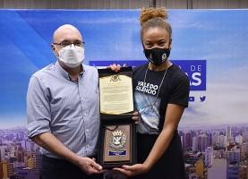 Prefeito de Campinas presta homenagem para a montanhista campineira Aretha Duarte