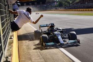 Em dia de acidente com Verstappen e punição, Hamilton ganha a 8ª em Silverstone