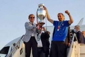 Seleção da Itália é recebida com festa em Roma após o título da Eurocopa