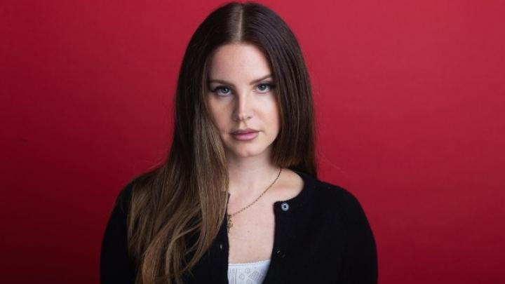 Lana Del Rey anuncia novo álbum e desabafa