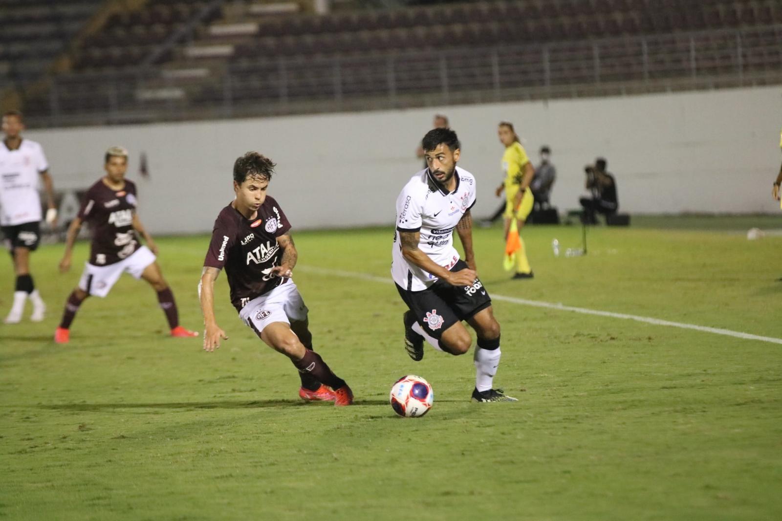 Luan 'acorda' no 1º tempo, mas Corinthians perde invencibilidade em Araraquara