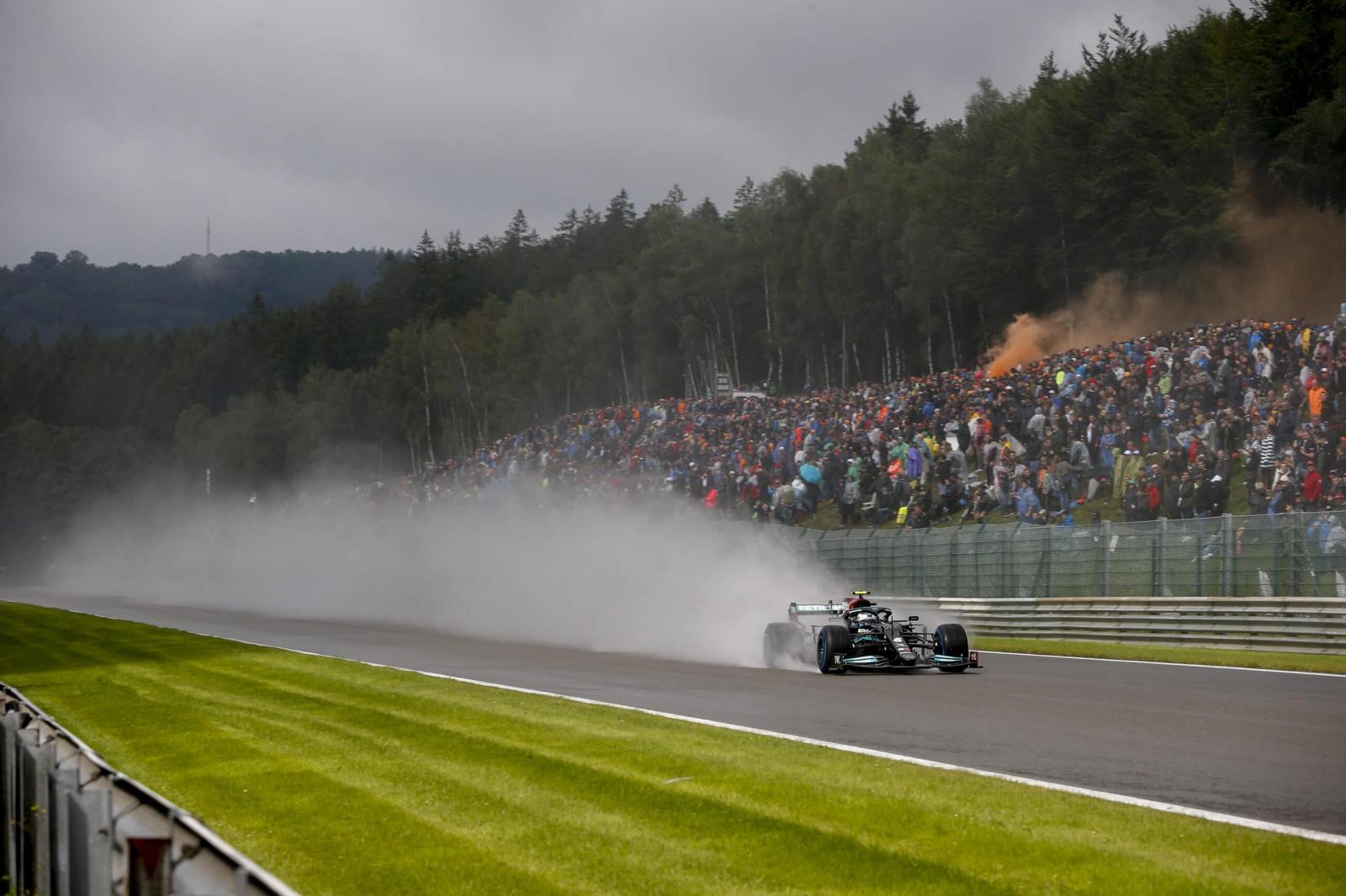 Com chuva e forte batida de Norris, Verstappen crava a pole no GP da Bélgica