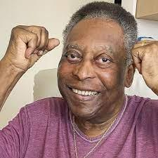 Ainda internado, Pelé dá 'soco no ar' para celebrar melhora: 'A cada dia melhor'