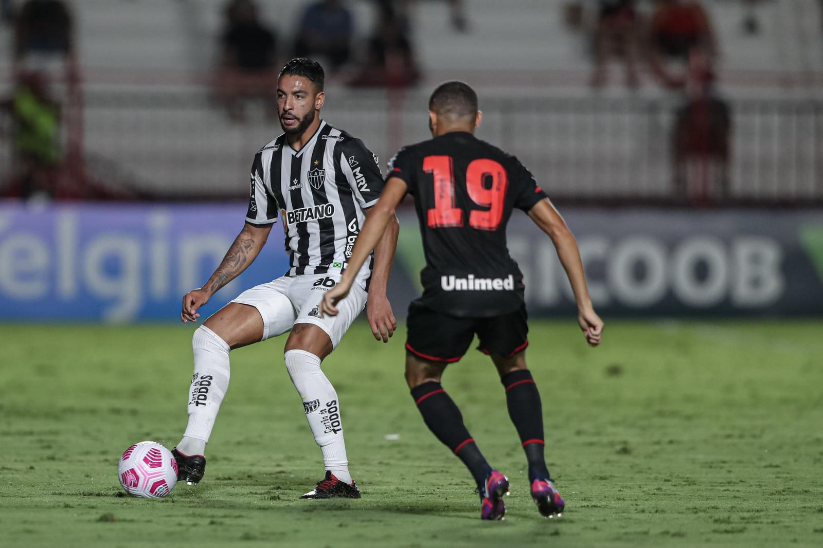 Atlético-GO vira no fim e quebra invencibilidade de 18 jogos do líder Atlético-MG