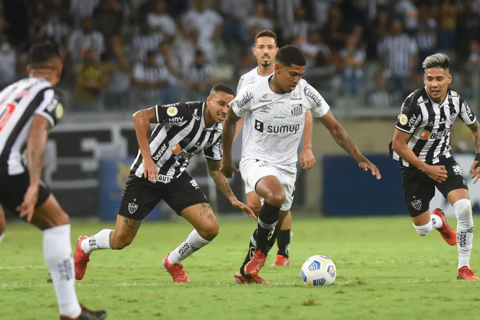 Atlético-MG derrota Santos, de virada, e dá mais um passo rumo ao título nacional