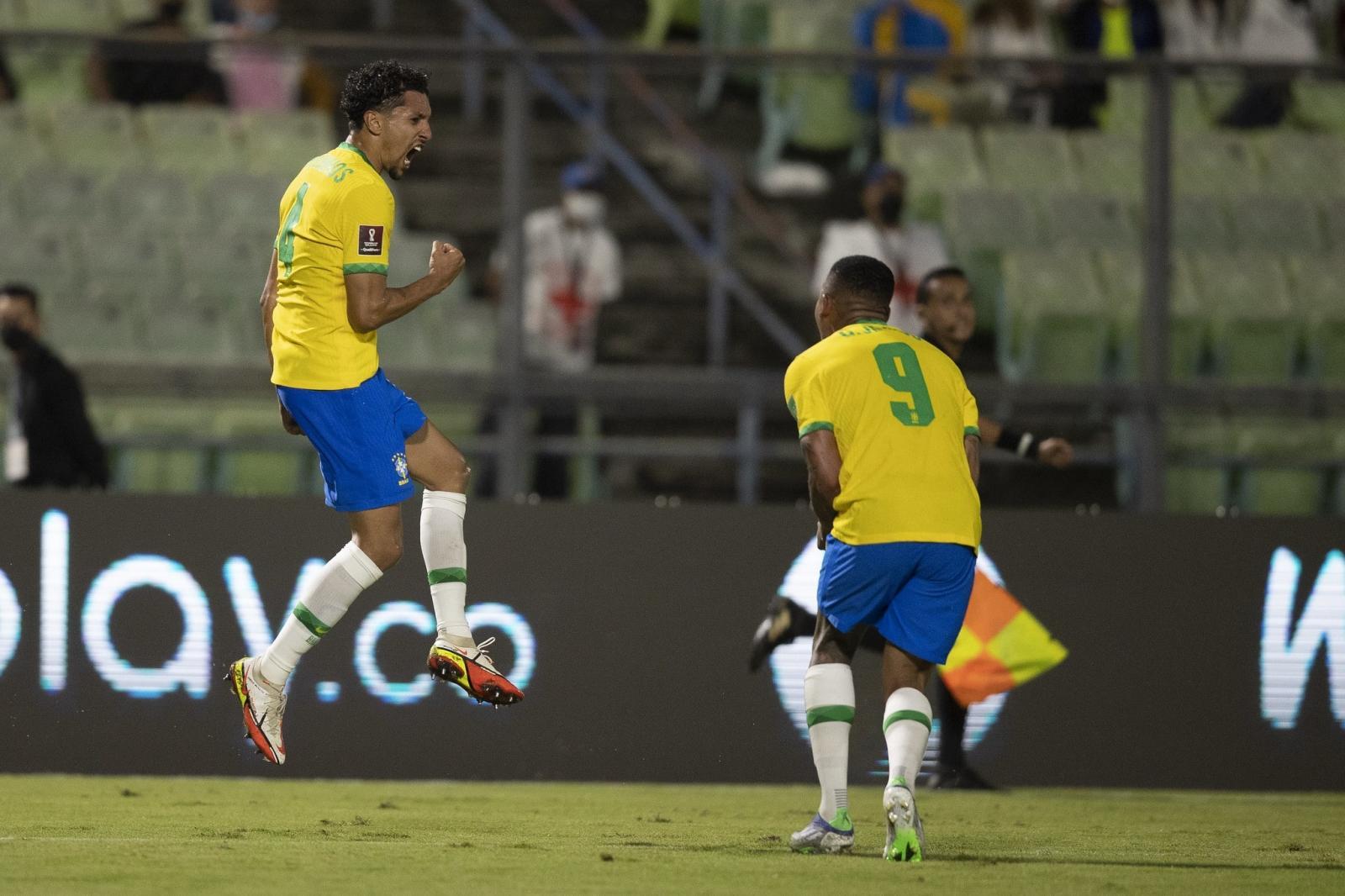 Brasil leva susto, mas vence Venezuela de virada fora nas Eliminatórias