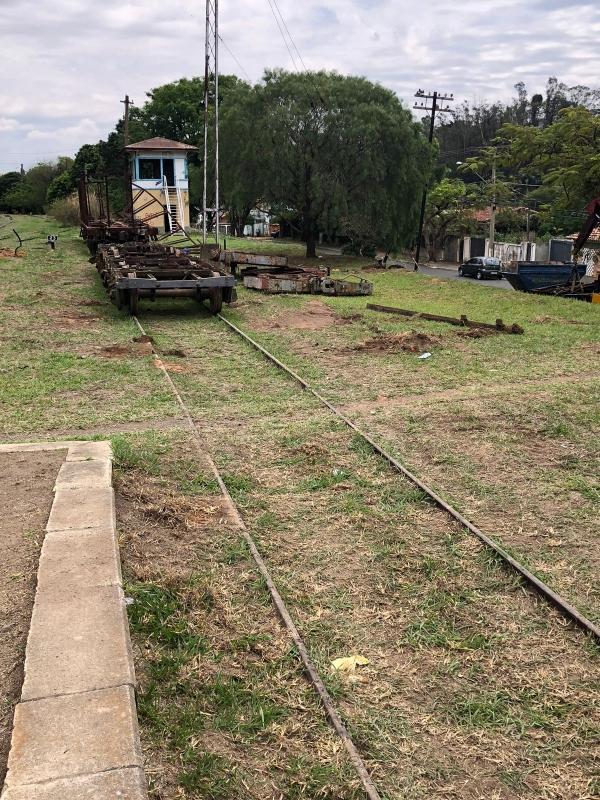 Carcaças de 'vagões fantasmas' começam a ser retiradas do terreno da Estação Ferroviária de Vinhedo