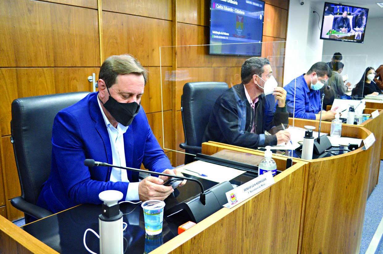 Projetos para divulgação de telefones de utilidade pública e denominação de espaços são aprovados