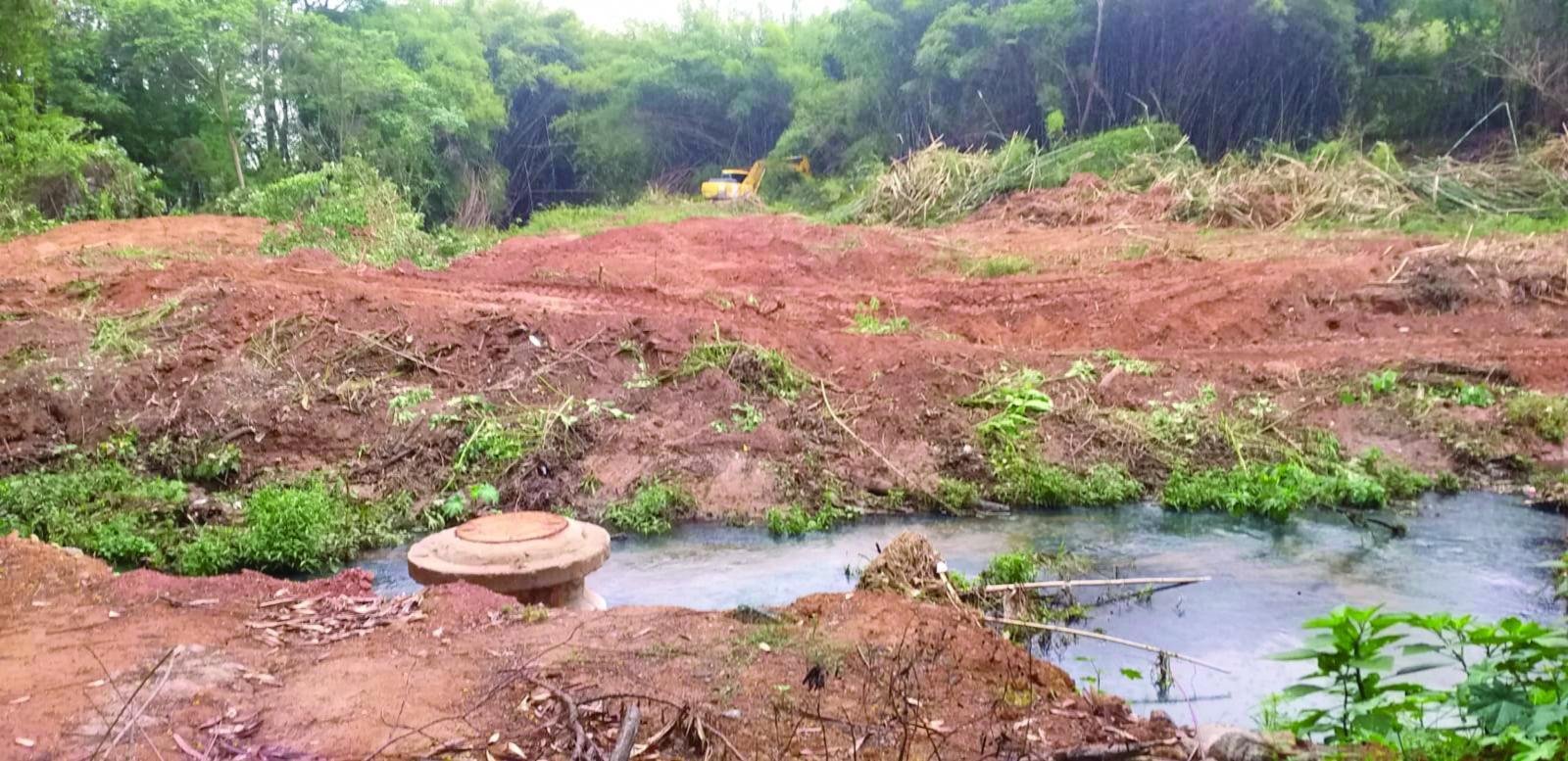 Rolos de teares encontrados no leito do Ribeirão Jacaré